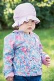 Petite fille caucasienne dans la veste moderne avec le chapeau Photographie stock