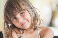 Petite fille caucasienne légèrement de sourire, plan rapproché photo libre de droits