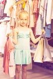 Petite fille chez la boutique de vêtements des enfants Photo libre de droits