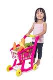 Petite fille chinoise asiatique avec le chariot à achats complètement du vegetabl Photos stock