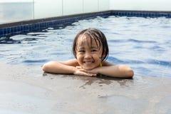 Petite fille chinoise asiatique jouant dans la piscine photographie stock libre de droits