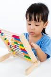 Petite fille chinoise asiatique jouant l'abaque coloré Image libre de droits