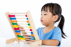 Petite fille chinoise asiatique jouant l'abaque coloré Image stock