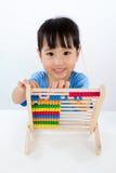 Petite fille chinoise asiatique jouant l'abaque coloré Photo stock
