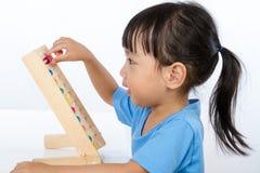 Petite fille chinoise asiatique jouant l'abaque coloré Photo libre de droits