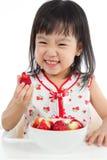 Petite fille chinoise asiatique mangeant des fraises Images libres de droits