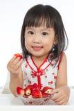 Petite fille chinoise asiatique mangeant des fraises Photo libre de droits