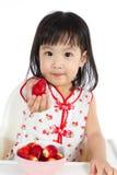 Petite fille chinoise asiatique mangeant des fraises Image libre de droits