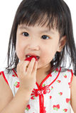 Petite fille chinoise asiatique mangeant des fraises Photographie stock