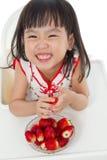 Petite fille chinoise asiatique mangeant des fraises Photo stock