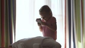 Petite fille comptant l'argent liquide clips vidéos