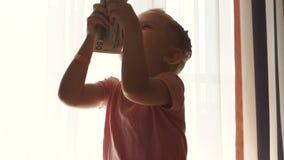 Petite fille comptant l'argent liquide banque de vidéos