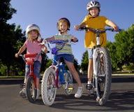 Petite fille conduisant un vélo Image stock
