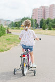 Petite fille conduisant une bicyclette Image stock