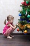 Petite fille confuse près d'arbre de Noël photos libres de droits