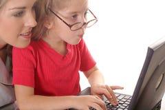 Petite fille contrôlant des WI d'email Image libre de droits