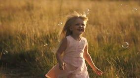 Petite fille courant au champ banque de vidéos