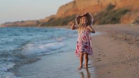 Petite fille courant le long de partir de plage banque de vidéos