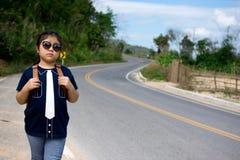 Petite fille courant loin sur la route en avant Photo libre de droits