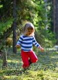 Petite fille courante dans la forêt images stock