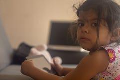 Petite fille décontractée avec son comprimé images stock