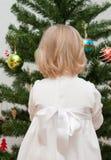 Petite fille décorant l'arbre de Noël images stock