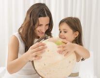 Petite fille découvrant la géographie du monde utilisant le globe de vintage Photographie stock libre de droits