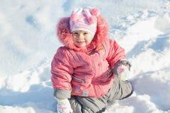 Petite fille découvrant la neige Photographie stock