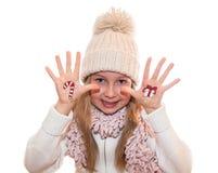 Petite fille démontrant la boîte de cadeau de Noël peinte sur la main de l'enfant Images libres de droits