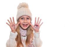 Petite fille démontrant la boîte de cadeau de Noël peinte sur la main de l'enfant Photographie stock libre de droits