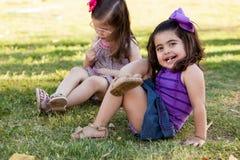 Petite fille détendant à un parc Image libre de droits