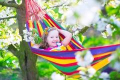 Petite fille détendant dans un hamac Photo stock