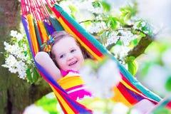 Petite fille détendant dans un hamac Photographie stock libre de droits