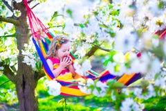 Petite fille détendant dans un hamac Images stock