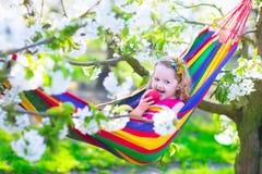 Petite fille détendant dans un hamac Image stock