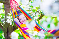 Petite fille détendant dans un hamac Photographie stock