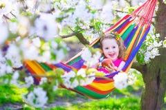 Petite fille détendant dans un hamac Photos stock