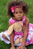 Petite fille d'african-american avec l'animal bourré Photographie stock libre de droits