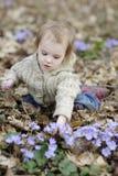 Petite fille d'enfant en bas âge à la source Image stock