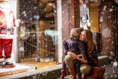 Petite fille d'enfant en bas âge avec la mère sur le marché de Noël Photo stock