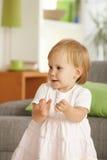 Petite fille d'enfant en bas âge ayant l'amusement à la maison Photographie stock libre de droits