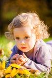 Petite fille d'enfant en bas âge en parc d'automne Photos libres de droits