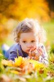 Petite fille d'enfant en bas âge en parc d'automne Photo libre de droits