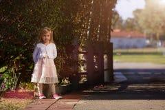 Petite fille d'enfant heureux dans une robe blanche Photos libres de droits