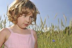 Petite fille dans des collectes de transitoires. image stock