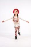 Petite fille dans des créations de danse avec le chapeau rouge Images stock