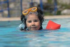 Petite fille dans des flotteurs gonflables d'au-dessus-chemises Photographie stock