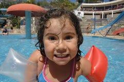 Petite fille dans des flotteurs gonflables d'au-dessus-chemises photo stock