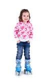 Petite fille dans des patins de rouleau Photographie stock libre de droits