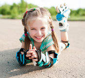 Petite fille dans des patins de rouleau Photographie stock